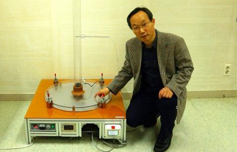 복사열에 의해 생성된 바람을 이용한 발전시설의 원리를 설명하는 박 회장 ⓒ 심재율 / ScienceTimes