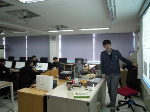 제물포중학교 김민식군이 동아리 학생들에게 게임 기획에 대해 설명해주고 있다. ⓒ김지혜/ ScienceTimes