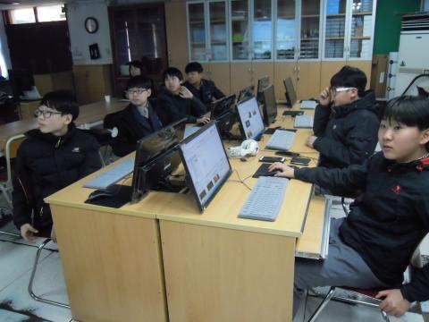 동아리 학생들이 소프트웨어 수업을 듣고 있다. ⓒ 김지혜/ScienceTimes