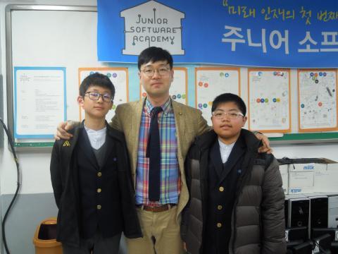 왼쪽부터 최강훈 학생, 서형수 선생님, 최호영 학생 ⓒ ScienceTimes