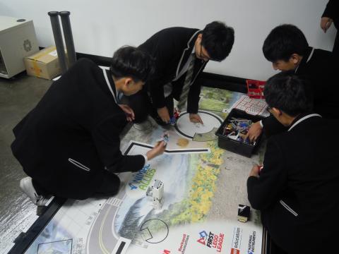 동아리 학생들이 자신들이 만들어 대회에 참가했던 로봇을 시연해 보고 있다. ⓒ김지혜/ ScienceTimes