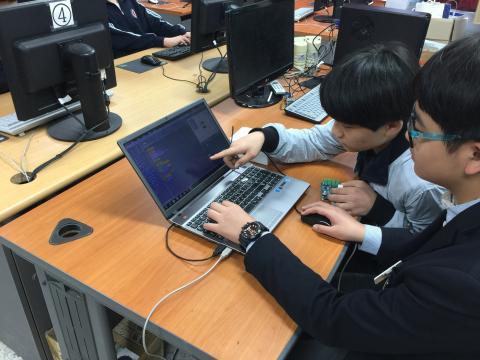 소프트웨어 수업을 들으며 함께 문제를 해결해 나가고 있는 학생들의 모습. ⓒ 동수영중학교/ScienceTimes