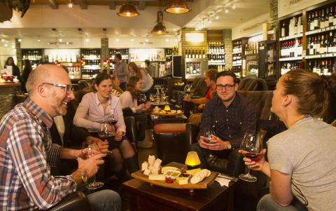포도주의 맛과 향에는 생물학적이고, 화학적이며, 심리학적인 요소가 작용하고 있다. 후각과 미각에 관심을 기울일 경우 와인 식별 능력을 갖출 수 있다는 전문가들의 조언이다.  ⓒ The Winery