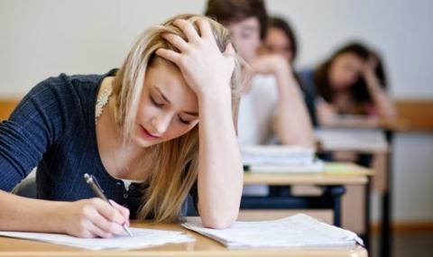웨어러블 기기 등 몸에 부착할 수 있는 소형 IT기기들이 등장하면서 이를 활용한 대학생들의 커닝 행위로 교수들이 골머리를 앓고 있다.  상황이 심각해지면서 영국 정부는 대책을 마련 중이다.   ⓒ shareyouressays.com