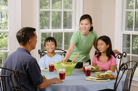 가정에서 가족과 함께 보내는 시간에는 스마트폰이나 TV같은 기기를 멀리하고 대화를 통한 인간관계를 다져나가야 한다.  Credit : Pixabay