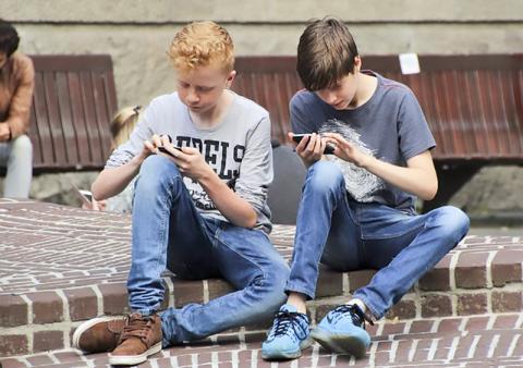 스마트폰에 열중하고 있는 청소년들.  Credit : Pixabay