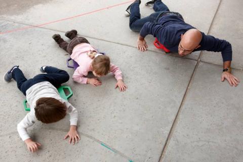 네바다대 운동과학과 학생들이 유치원 어린이들과 함께 놀고 있는 모습. 놀이를 통해 STEM 개념을 익히는 것은 조기 STEM 교육에 중요하다.  Credit: Aaron Mayes/UNLV Creative Services