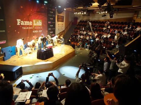 영국 첼튼엄에서 개최되는 페임랩 국제대회에 한국대표는 누가될까? 본선진출자 10여명이 열띤 경쟁을 벌인 '페임랩 코리아' 경연 현장.
