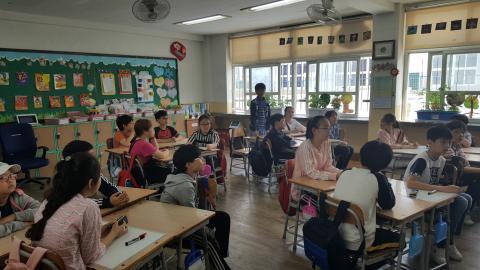 선생님의 질문에 일어나서 발표를 하며 진지하게 수업에 임하는 학생들. ⓒ김지혜/ ScienceTimes