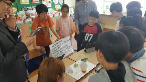 햄스터로봇으로 도둑잡기를 만들어 시연하고 있는 학생들. ⓒ 김지혜/ScienceTimes