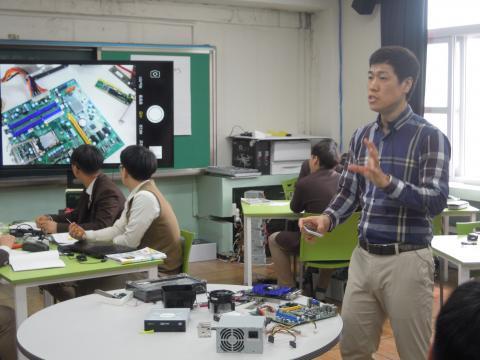 학생들이 직접 컴퓨터 부품을 만져보면서 수업에 참여할 수 있도록 한 주현웅 선생님 ⓒ김지혜/ ScienceTimes