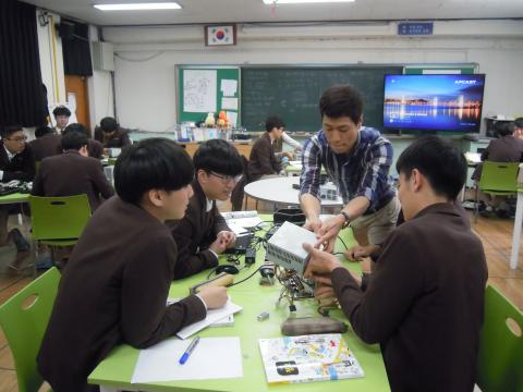 학생들이 선생님과 함께 즐겁게 수업에 참여하고 있다 ⓒ 김지혜/ScienceTimes