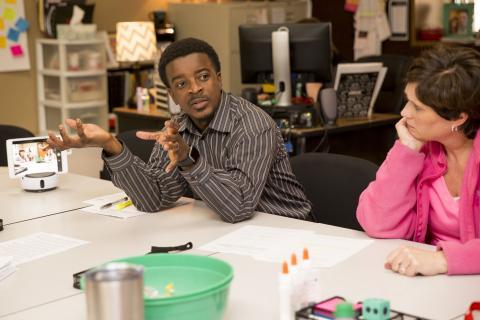 슬레이튼 중학교 교사와 면담을 하고 있는 텍서스 테크의 크리스토퍼 차일즈 STEM 전공 교수. Credit: Texas Tech University
