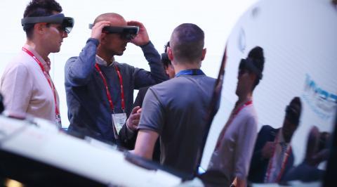 MWC 2017 전시장에서 관람객들이 AR 기기를 체험하고 있다.  ⓒ 연합뉴스