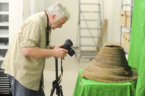 Credit: Florida Atlantic University's Harbor 논문 공저자로 고대 섬유 재료 권위자인 제임스 아도바시오 교수가 발굴품을 살펴보고 있다.