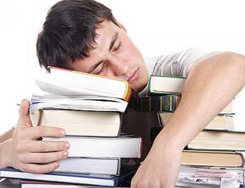 늦게 자고 늦게 일어나려는 성향의 청소년 생체리듬에 맞춰 중·고교 등교 시간을 늦춰야 한다는 주장이 미국 의료계로부터 분출되고 있어, 교육계와의 논란이 예상되고 있다.   ⓒpsychologyinaction.org