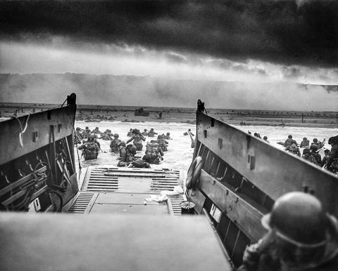1944 년 6 월 6 일 아침 미군 제 1 보병 사단 16 보병 연대 병사들이 노르망디 오마하 해변에 상륙하는 모습.  Credit : Wikimedia / Chief Photographer's Mate (CPHoM) Robert F. Sargent