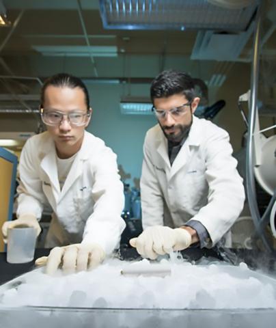 내한성 전해질을 개발한 사이러스 러스톰지 박사(오른쪽)와 연구팀 일원인 양유첸 양(Yangyuchen Yang) 연구원. Credit: David Baillot/UC San Diego Jacobs School of Engineering