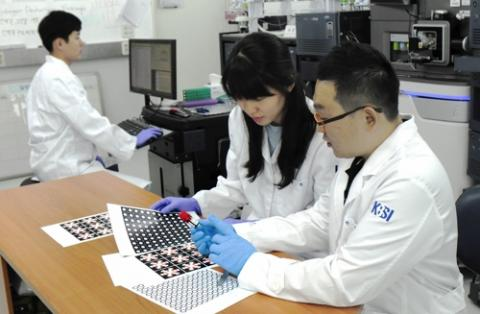수은 검사용 종이 칩을 확인하는 연구진.  ⓒ 한국기초과학지원연구원