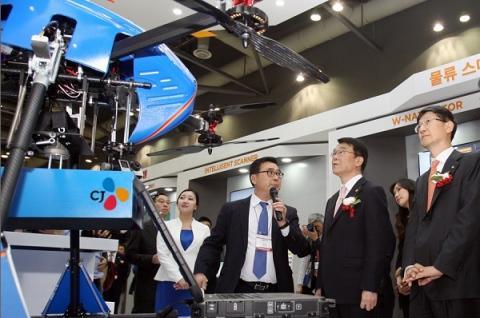드론이 주춤하는 사이 배송 분야에서 지상 로봇을 활용한 서비스가 잇따르고 있다. 사진은 지난 4월 국제물류산업전에 참여한 CJ대한통운의 로봇과 드론 배송 시연 장면 ⓒ CJ대한통운