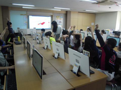 선생님께 질문을 던져가며 자신의 이름이 적힌 열쇠고리를 만들고 있는 학생들. ⓒ 김지혜/ScienceTimes