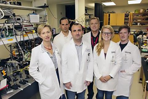 연구를 수행한 미국 아칸소의대 연구팀. 왼쪽에서 네 번째가 연구를 이끈 블라디미르 자로프 교수.  Credit : UAMS
