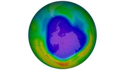 지난 1982년 남극 상공에서 발견한 오존 홀. 자외선을 박아주는 오존층이 파괴돼 생긴 거대한 구멍이다. 그동안 몬트리올 협정을 통해 오존 홀을 줄여왔지만 다이클로로메테인( CH2Cl2)이 오존층을 파괴하면서 오존층 회복이 요원해지고 있다.  ⓒNASA