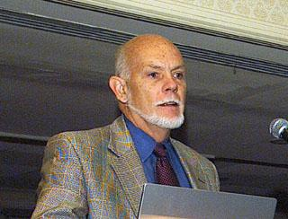 풀러렌 발견의 공로로 1996년도 노벨화학상을 받은 스몰리. ⓒ Free Photo