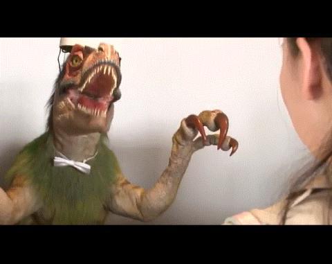 '이상한' 호텔 데스크에는 '이상한' 공룡이 투숙객을 맞이한다.