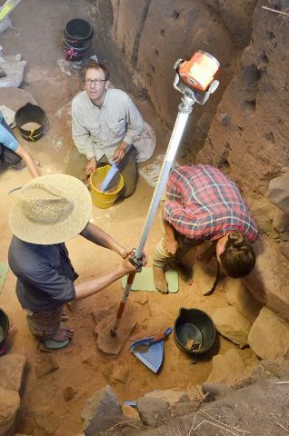 팀원들과 발굴 현장의 최하층을 조사하고 있는 벤 마윅 교수.  Credit: Dominic O'Brien, Gundjeihmi Aboriginal Corporation