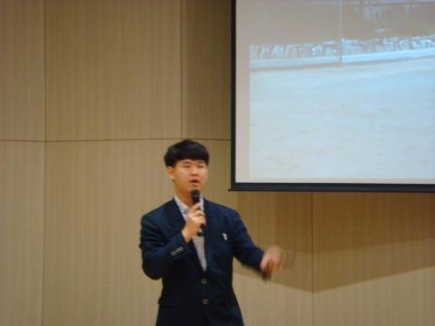 유병훈 학생이 '10대 CEO가 말하는 미래 창의교육의 방향'에 대해 강연하고 있다.