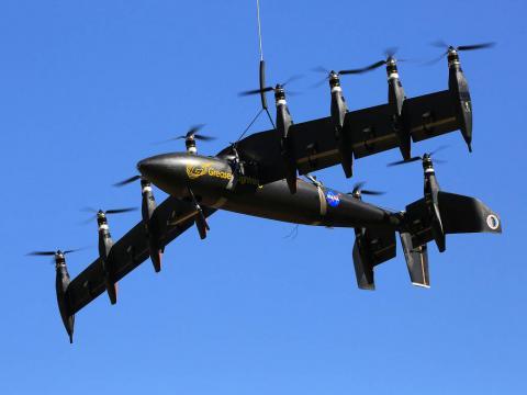 미국과 중국 간에 드론 기술개발 경쟁이 가열되고 있는가운데 전기, 태양에너지로 장거리 비행이 가능한 군사용 드론이 개발되는 등 첨단 기술이 속속 선보이고 있다. 사진은 NASA에서 개발해 실용화하고 있는 '그리스 라이트닝' 드론. 10개의 플로펠러를 번갈아가면서 작동할 수 있다.