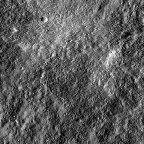 달 표면 산악지대는 물론 평원, 분화구 등에 이르기까지 이전에 생각했던 것보다 더 많은 물이 존재하고 있다는 연구 결과가 나와 주목을 받고 있다.  ⓒNASA