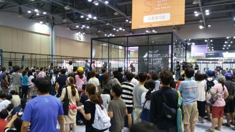 드론 충돌 격투 경기 '드론 클래쉬' 주변에 많은 관람객이 모여들었다.