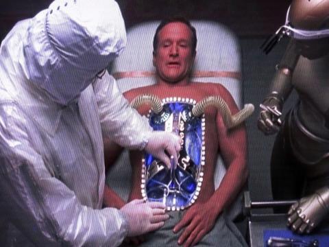 영화 '바이센테니얼 맨'에서 AI 로봇 앤드류는 인간이 되고싶어 인간의 장기를 이식받고 인간처럼 죽음을 택한다.