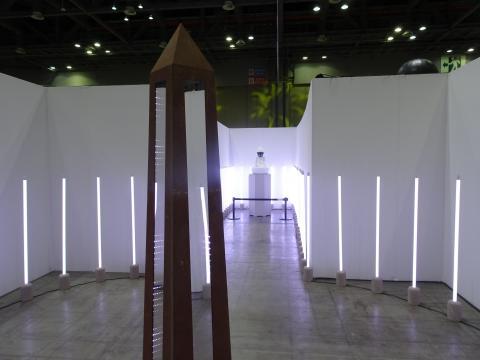멀리 불상의 형상을 한 인공지능 로봇의 모습이 보인다. ⓒ 김은영/ ScienceTimes