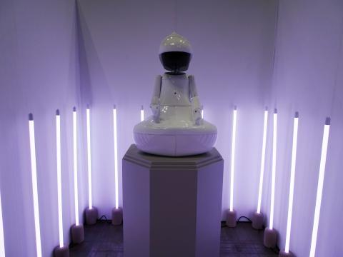 [사진] 러봇랩 팀(신원백, 하청요, 홍현수) 作 'Buudha.I'. 강철과 콘크리트, 나무, 플라스틱, 서보모터, LED, 무선 컨트롤러, 커스터마이즈드 소프트웨어 등이 사용되었다. ⓒ 김은영/ ScienceTimes