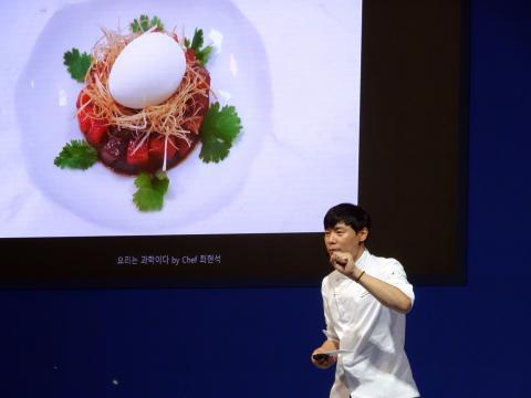 최현석 쉐프는 최근 자신이 직접 개발한 분자요리를 소개했다. 참치와 수박을 깍둑썰기 하고 위에 겨자를 계란 노른자위처럼 만든 분자요리이다. ⓒ 김은영/ ScienceTimes
