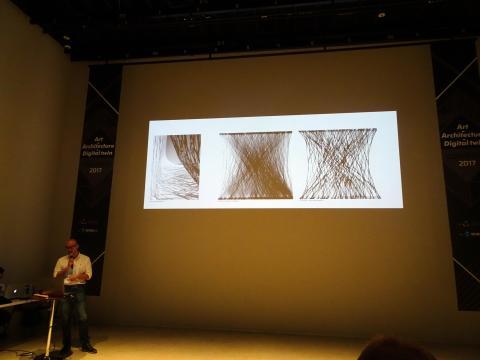 머리를 감을 때 나온 머리카락 덩어리도 연구 대상이다. 이 교수가 머리카락의 패턴을 연구한 결과를 설명하고 있다. ⓒ 김은영/ ScienceTimes