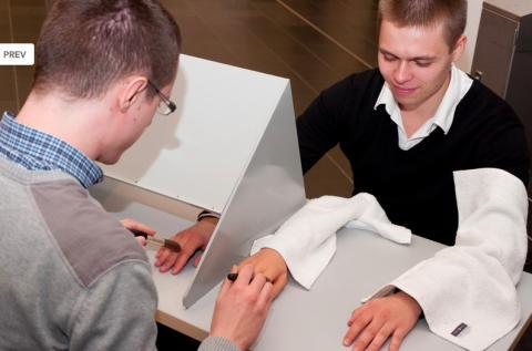1998년 학술지 '네이처'에 보고돼 큰 화제가 된 고무손 착각 실험 장면이다. 참가자는 보이는 고무손과 보이지 않는 자기 손에 똑 같은 자극(붓질)을 받을 경우 고무손을 자기 손으로 착각한다. ⓒ SFB