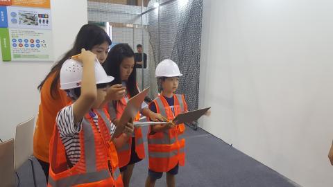 소프트웨어 교육 체험 프로그램에 참여하며 조난자를 구하기 위한 신호를 전송하고 있는 아이들. ⓒ 김지혜/ScienceTimes