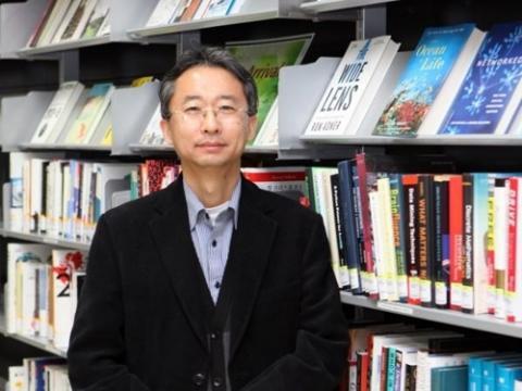울산과학기술원(UNIST) 이상영 에너지 및 화학공학부 교수가 옷에 그려서 입을 수도 있는 같은 리튬이차전지를 개발했다. ⓒ UNIST