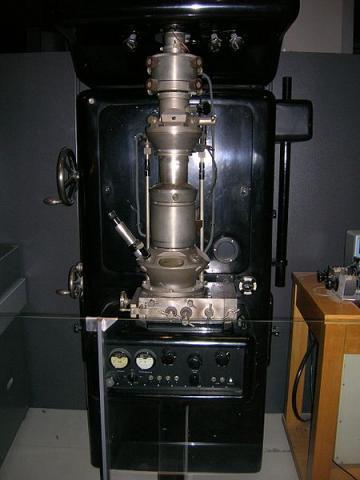 루스카가 최초로 개발한 전자현미경 SEM. ⓒ Free photo