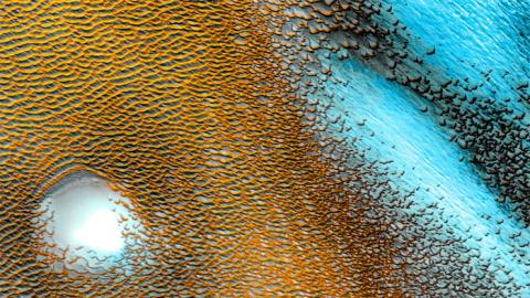 존스홉킨스 대학 연구팀이 화성탐사선 '오딧세이'에서 수집한 중성지 데이터를 재분석해 화성 적도 지역에 대량의 얼음이 묻혀 있는 것을 확인했다. 이는 화성의 물과 생명체 존재설을 강력히 뒷받침하는 연구 결과다.