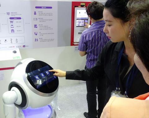 사람들의 시선을 한 몸에 받은 한컴의 인기만점 인공지능 로봇. ⓒ김은영/ ScienceTimes