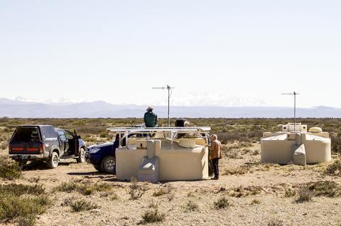 지구상에서 가장 큰 우주광선 탐지 설비인 아르헨티나 피에르 오제르 관측소 관측시설들.  Credit: Pierre Auger Observatory