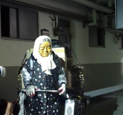 27일 서울 종로 세운상가에 등장한 할머니 로봇과 고물수레. 마린보이 작가는 기술을 전면에 내세우지 않고 인간애를 작품에 담아 뜨거운 호응을 이끌어냈다. ⓒ김은영/ ScienceTimes