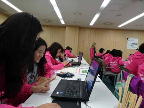맘앤걸스 코딩 교육에 참여한 학생들이 즐겁게 활동에 참여하고 있다. ⓒ 김은영/ ScienceTimes