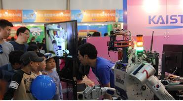 로봇에 대해 궁금한 것이 많은 아이들이 질문을 하고 있다. 오른쪽은 카이스트 연구팀이 개발한 DRC 휴보2 ⓒ 최혜원 / ScienceTimes