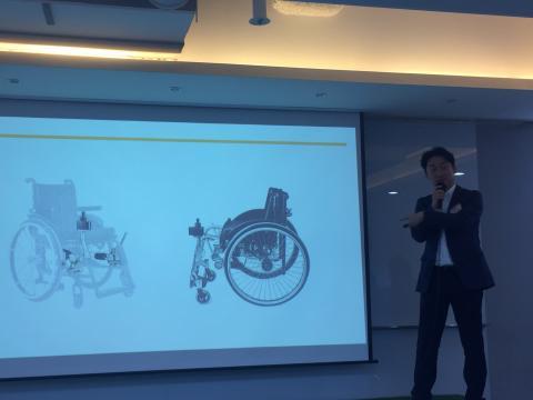 수동 휠체어에 모터, 배터리, 조이스틱 등을 부착하면 전동 휠체어로 변신시켜주는 토도 드라이브.  ⓒ 조인혜/ ScienceTimes